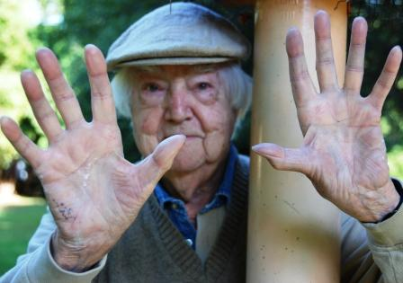 The hands of Howard Munce, 92 (Photo by Kristin Rasich Fox)
