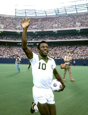 Pele waves to the Giants Stadium crowd
