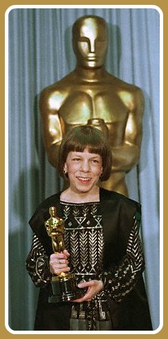 Linda Hunt, with her Oscar.