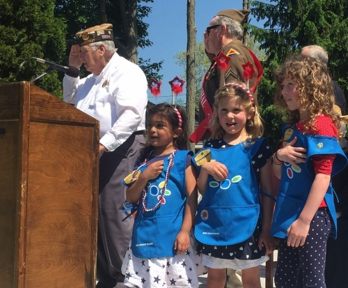 Bill Vornkahl -- organizer of 45 Memorial Day parades -- and 3 Girl Scout Daisies recite the Pledge of Allegiance. (Photo/Dan Woog)