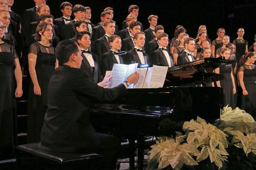 Dr. Robert Kwan accompanied the chorus and chorale. (Photo/Lynn U. Miller)