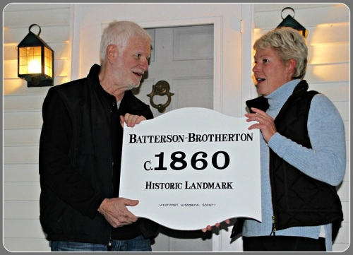 Westport Historical Society house historian Bob Weingarten, current owner Karen Brewer, and the historic house plaque. (Photo/Laurence Untermeyer)