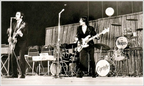 Barry Tashian (left) and Vern Miller, on stage. Drummer ND Smart (who replaced Chip Damiani on the tour) is hidden. Keyboardist Bill Briggs is not in the shot.